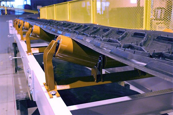 Belt Conveyor with Cleated Belting on Steel Roll Carrying Idlers